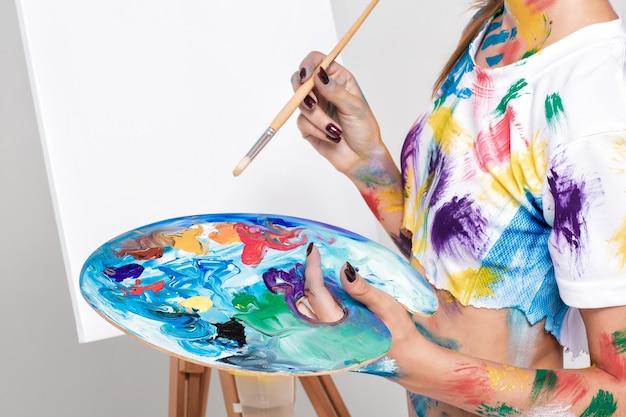 Художница, держащая палитру с красками для рисования