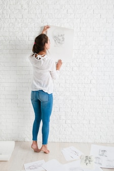 ワークショップで彼女の作品を見ている女性アーティスト