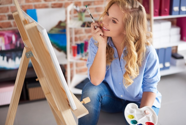 女性アーティストが彼女のプロジェクトを見る