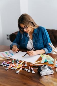 책상에서 그림 여성 아티스트
