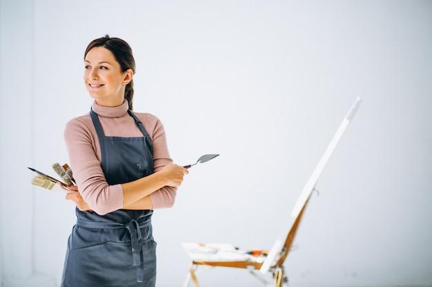 Женская художница в студии
