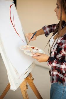 Женский художник в помещении