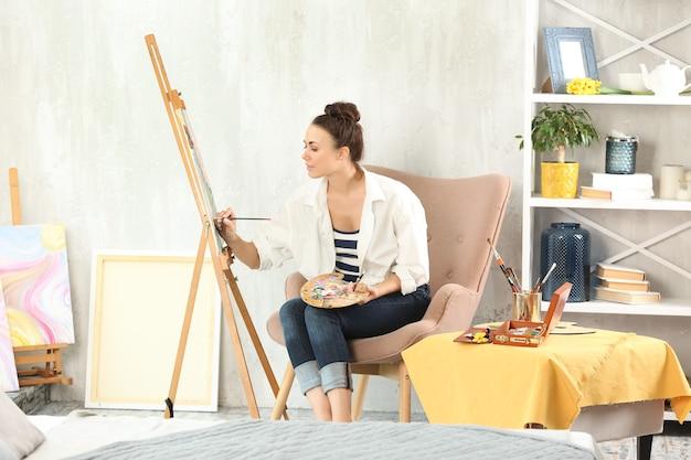 ワークショップで絵を描く女性アーティスト