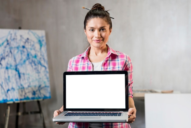 Женский художник, представляющий ноутбук