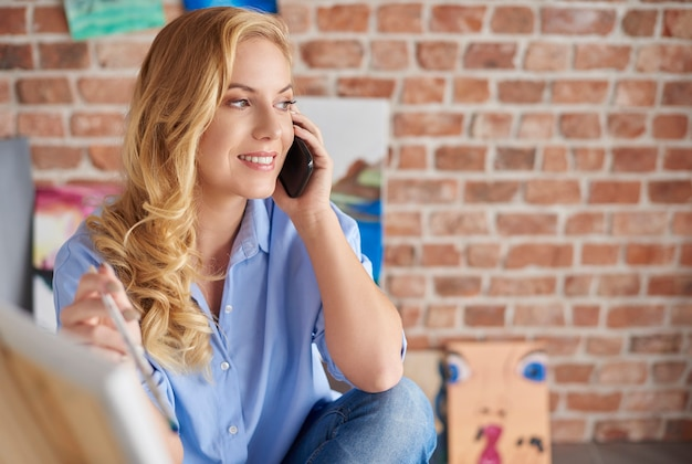 Artista femminile che parla al telefono
