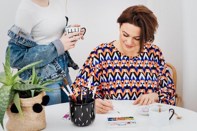함께 디자인 프로젝트를 진행하는 여성 아티스트