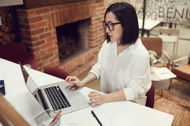 アジアの女性の上司