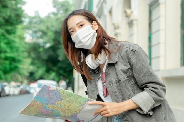전염병 동안 여행하는 여성 아시아 관광객