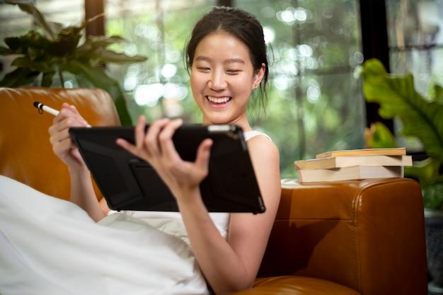 Азиатские женщины работают на дому