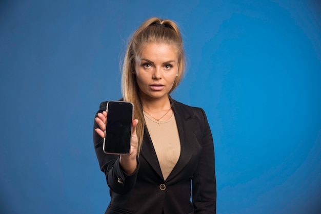 Женский помощник, показывающий время встречи по телефону.