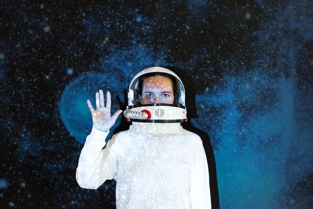 宇宙空間で宇宙服を着た女性宇宙飛行士