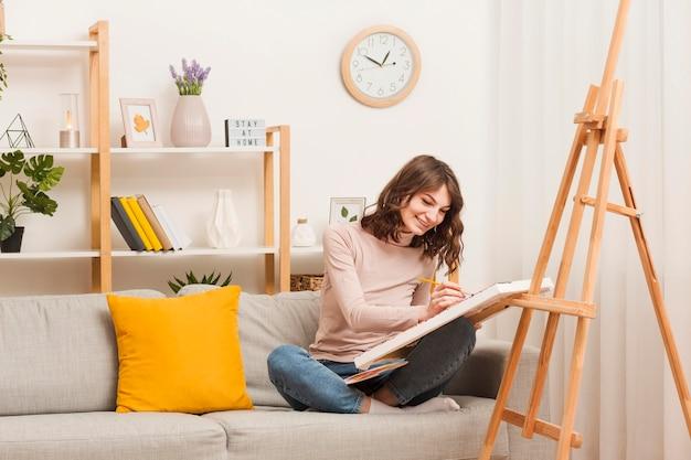 Женщина у себя дома рисует
