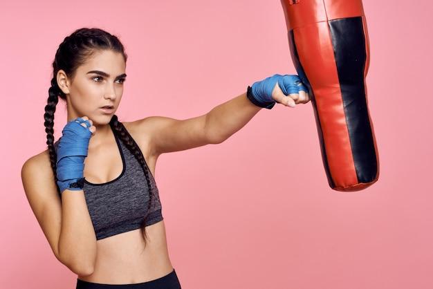 女性アスリートボクサーがトレーニング
