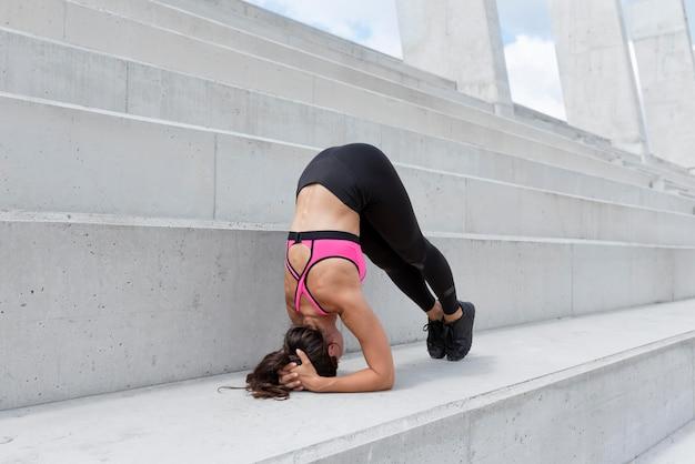Спортсменка, упражнения на открытом воздухе