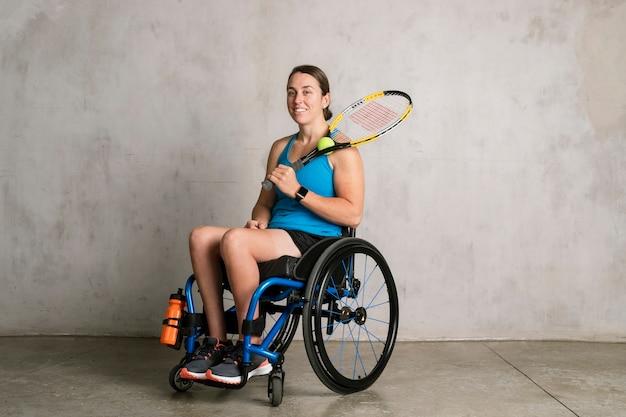 테니스 라켓을 들고 휠체어에 여자 선수