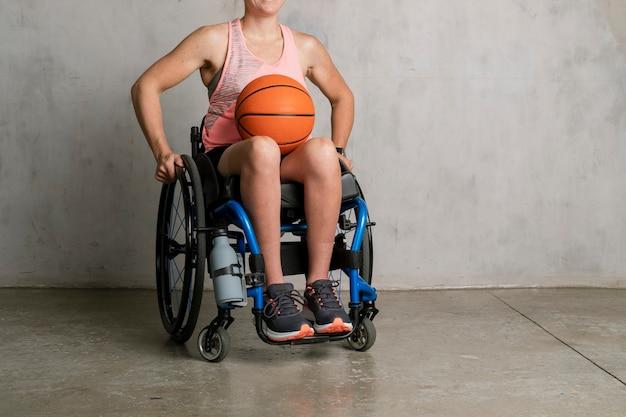 バスケットボールと車椅子の女性アスリート