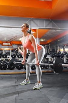 Интенсивная тренировка спортсменки со штангой