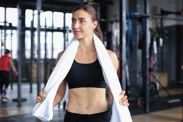 체육관에서 운동을 준비하는 여성 운동선수.