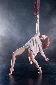 실크에 춤 여성 운동 섹시한 유연한 공중 서커스 아티스트