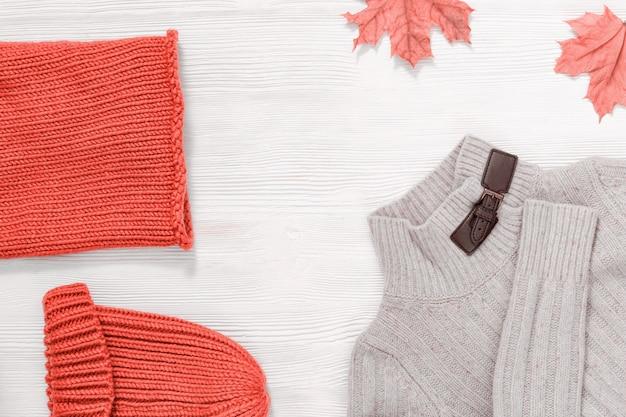 Женская осенняя одежда, теплый вязаный шарф и кепка розового цвета и легкий шерстяной бежевый джемпер. шоппинг обзор концепции с копией пространства.