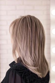 Женская спина с седыми светлыми волосами