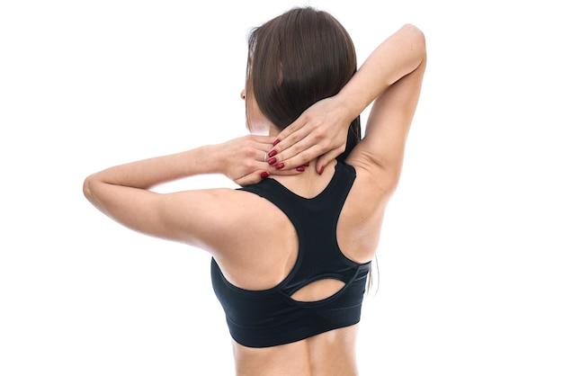 Женская спина с руками на шее, изолированные на белом фоне