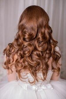 結婚式の髪型を持つ女性の背中