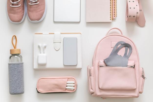Женский рюкзак, канцелярская одежда, организация хранения студенческой сумки. концепция снова в школу