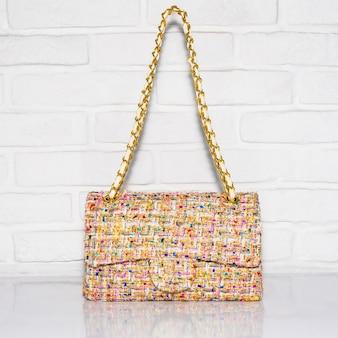 白い表面の女性のバッグ