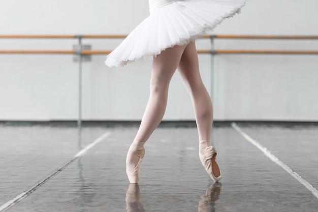 女性バレエダンサーがラックを保つ