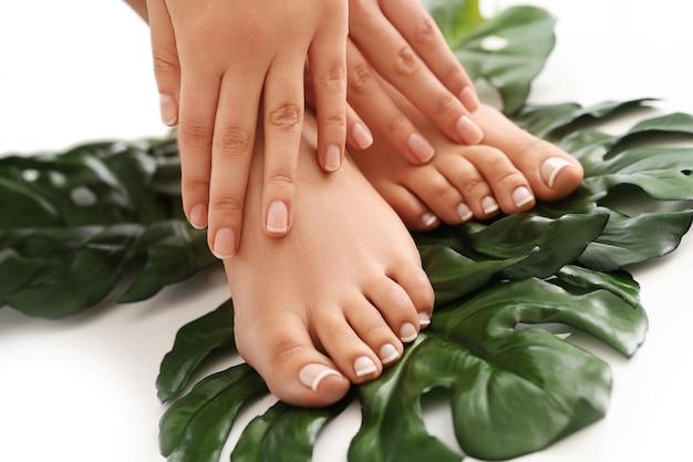 Mani e piedi nudi femminili. concetto di manicure e pedicure