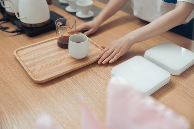 카페테리아에서 맛있는 커피를 제공하는 여성 바리스타