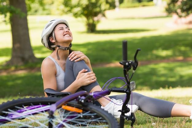상처 자전거 공원에 앉아 여성 자전거