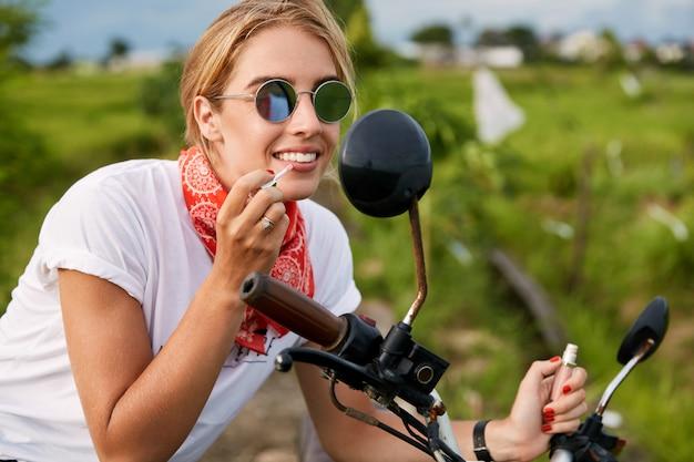 口紅を適用する女性の自転車