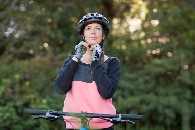Женский байкер носить велосипедный шлем