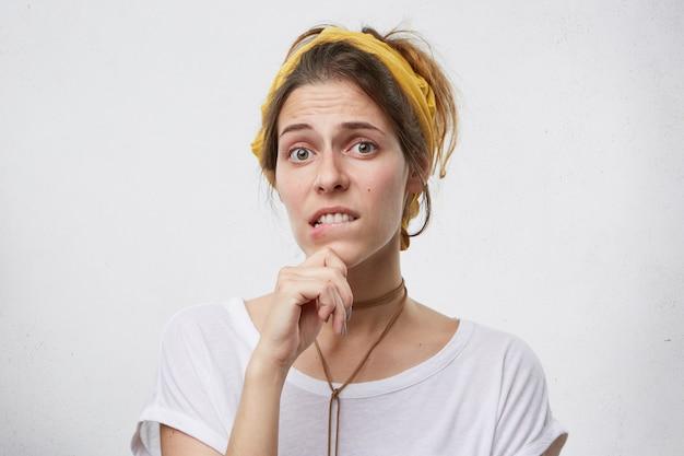 下唇をかむ女性