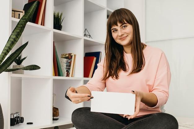 집에서 스트리밍하는 여성 블로거
