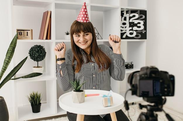 カメラで誕生日をストリーミングする女性ブロガー