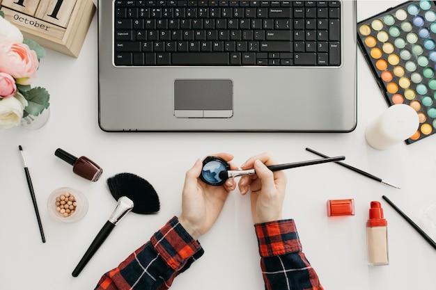 노트북으로 온라인 메이크업을 스트리밍하는 여성 블로거