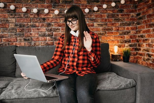 노트북으로 온라인 스트리밍하는 여성 블로거