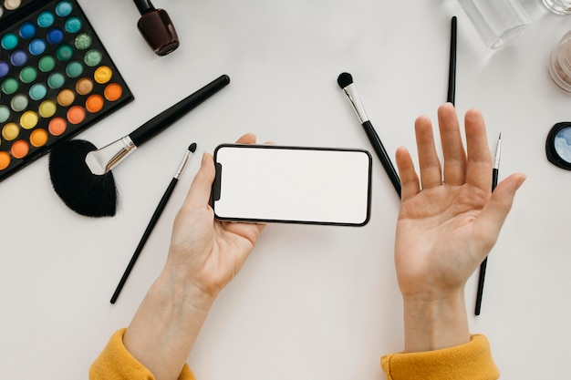 스마트 폰으로 온라인 스트리밍하는 여성 블로거