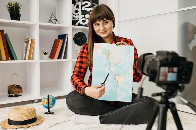 Женщина-блоггер, транслирующая с камерой