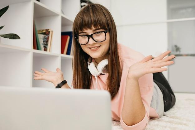 여성 블로거 스트리밍, 노트북 및 헤드폰