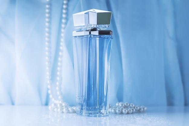 女性の青い香水