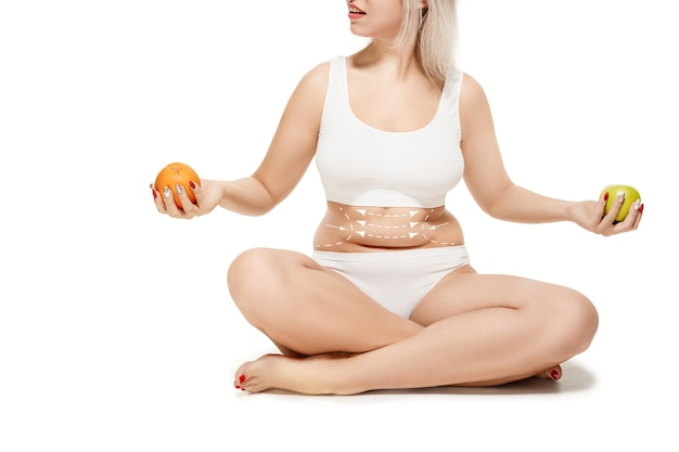 Женское тело со стрелками рисования концепция удаления жира и липосакции и целлюлита