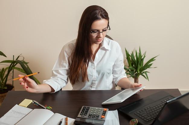 Женский бухгалтер руки держит планшетный пк