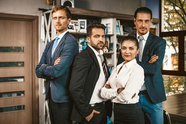 女性の上司と彼女の男性のビジネスチーム
