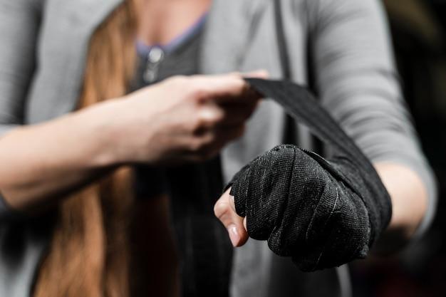 Женщина-боксер готовится к очередной тренировке