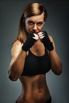 ゴールボクシングを達成するボクサースタンスに自信を持って視線を突き刺す女性ボクサー
