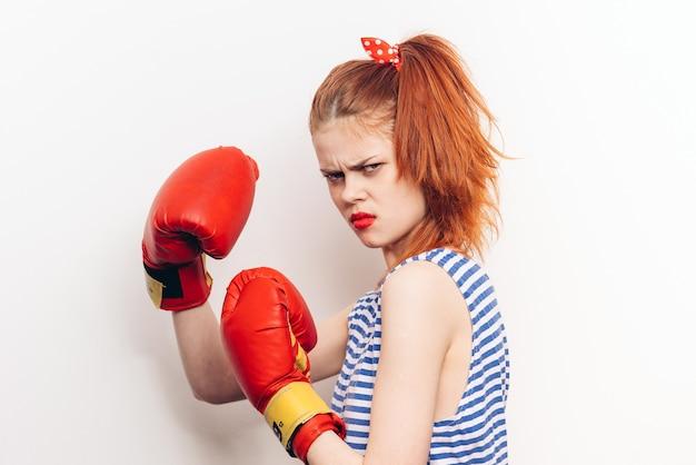 ボクシンググローブを持つ女性のボクサー